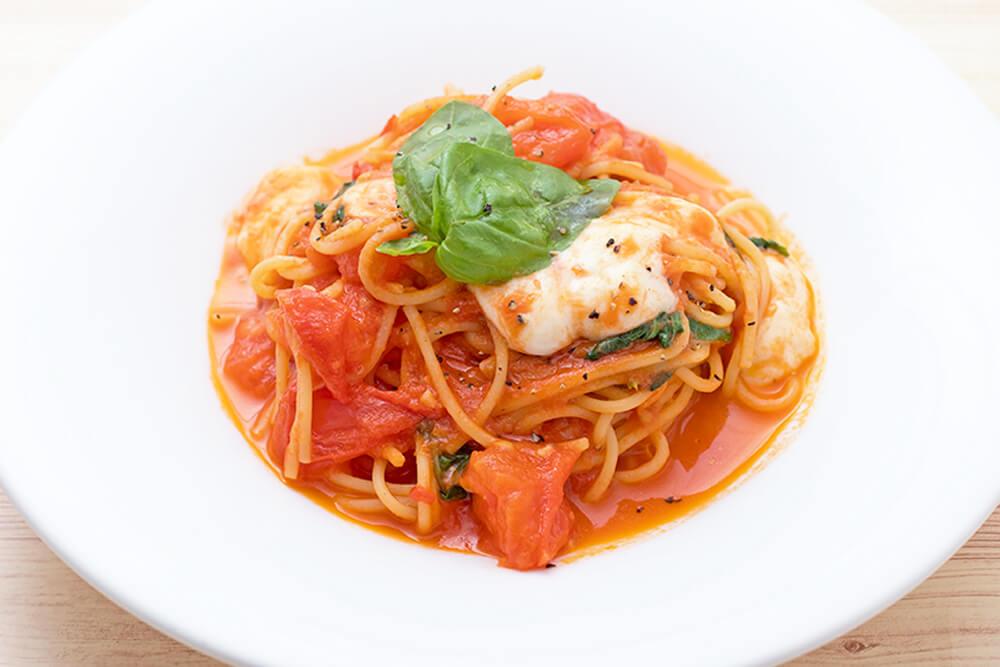 モッツアレラとバジルのトマトソーススパゲッティ